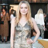 Dakota Fanning ist der Einladung ebenfalls gefolgt und bezaubert in einem Kleid aus Tencel, einer Faser, die aus Holz gewonnen wird.