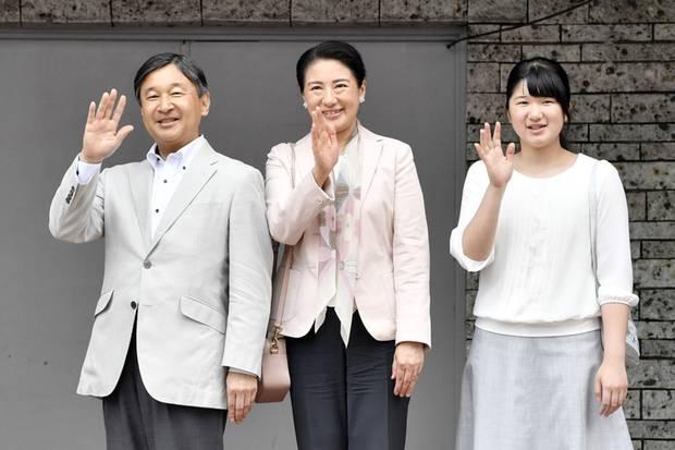 Prinzessin Aiko - hier mit ihren Eltern Prinz Naruhito und Prinzessin Masako - arbeitet sich langsam in ihre royalen Pflichten ein und begleite ihre Eltern ab und an schon zu Terminen. Am 1. Mai 2019 werden Naruhito und Masako zum Kaiserpaar ernannt.