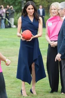 Für Meghan geht es natürlich auch immer mal wieder auf ein Sportfeld. Ihr Look lässt es allerdings nicht zu, dass sie mitspielen kann. Mit ihren Heels versinkt sie im Rasen und ihr Designerkleid verträgt keine Rasenflecken. Zu ihrer Verteidigung: Als Meghan hier zum Rugby geladen wird, ist sie bereits schwanger.