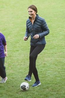 Wie sympathisch: Wenn es für Herzogin Catherine bei einem Termin auf den Sportpatz geht, ist sie bestens ausgerüstet. Sneaker, Hose, Funktionsjacke - so kann sie ihre Fußballkünste unter Beweis stellen.