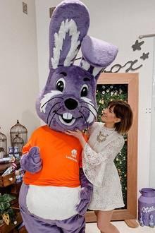 """Sila ist aber nicht der einzige ehemalige""""GZSZ""""-Star auf dem Milka-Event. Ihre frühere Kollegin Isabell Horn posiert auch mit Bunny und Bauch. Ihre Babykugel ist allerdings noch deutlich kleiner."""