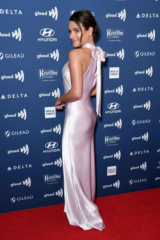 In einem rosafarbenen Seidenkleid von Galvan präsentiert sich Lea Michele auf dem Red Carpet der GLAAD Media Awards. Die frisch Verheiratete glänzt mit ihrem Dress die Wette und flirtet mit den Kameras. Das Blitzlichtgewitter ist fulminant – vor allem, als sich die Schauspielerin von vorne zeigt ...