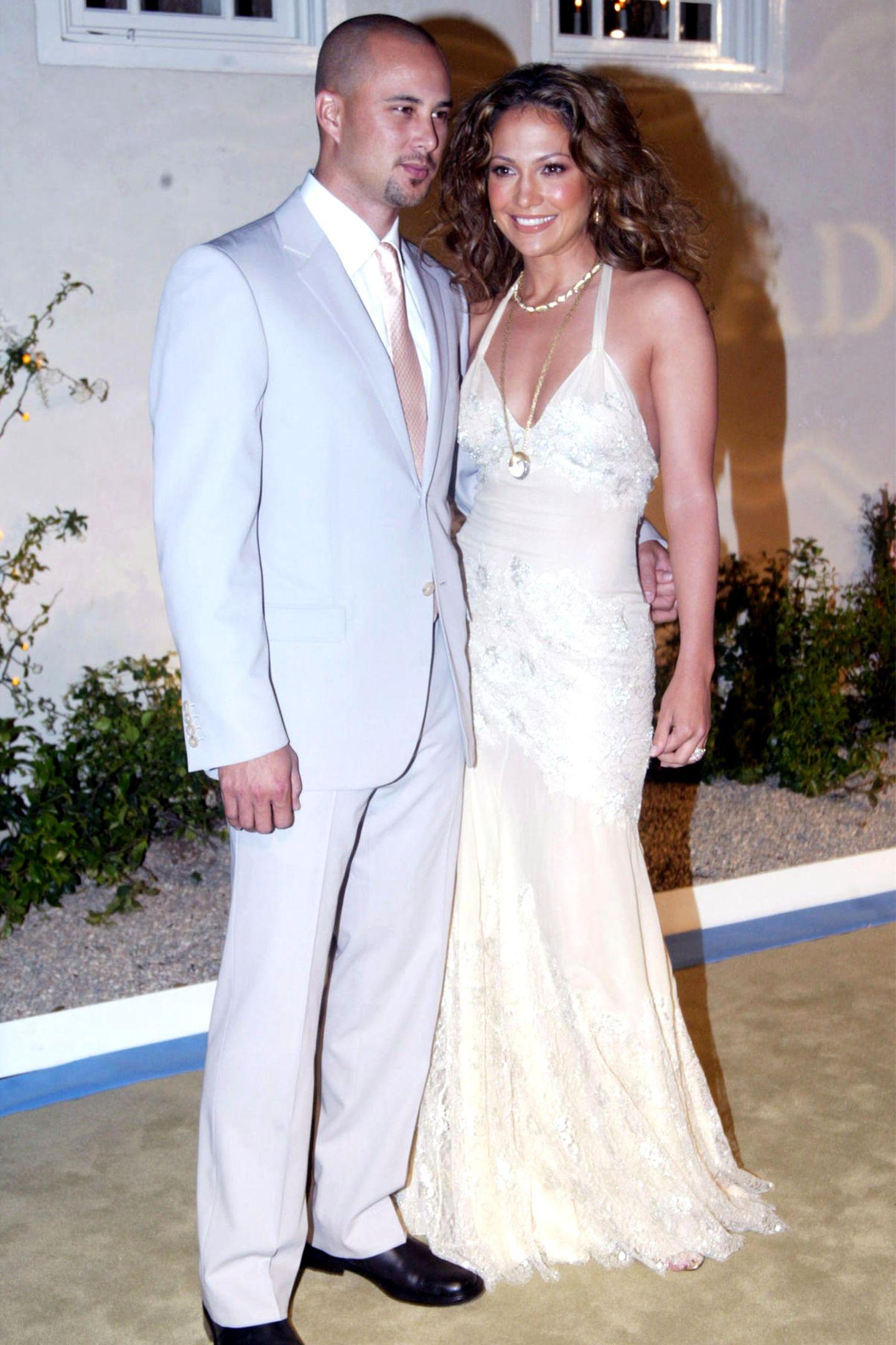 Jennifer Lopez + Cris Judd: 8 Monate  Im September 2001 gibtJennifer Lopez ihrem Background-Tänzer Cris Judd in einer romantischen Zeremonie das Jawort. Das Glück ist nicht von langer Dauer: Nach acht Monaten lässt sich die Sängerin wieder scheiden.