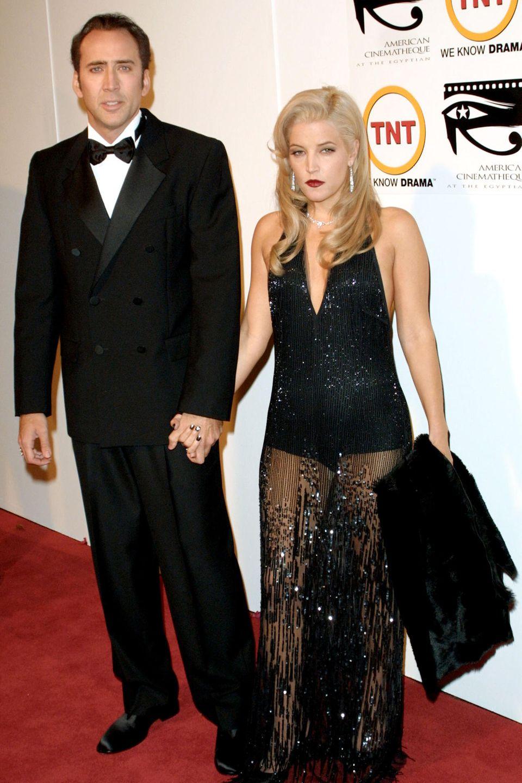 Nicolas Cage + Lisa Marie Presley: 3 Monate  Am 25. Todestag von Elvis Presley heiratet Schauspieler Nicolas Cage dessen Tochter Lisa Marie Presley. Die Hochzeit findet auf Hawaii statt. Drei Monate später sind die Eheleute jedoch schon wieder geschieden.