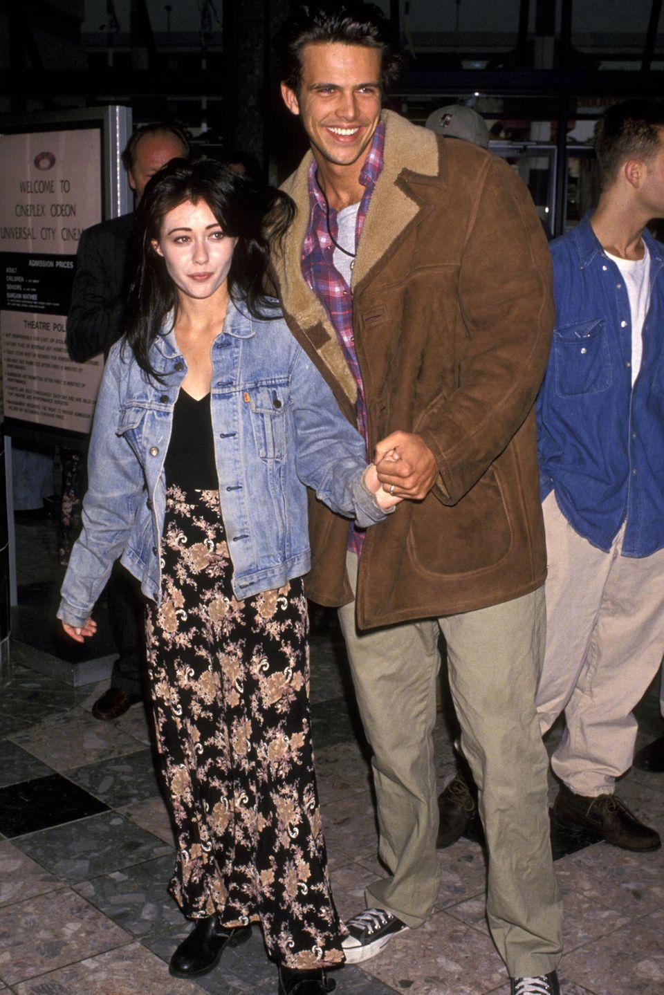 """Shannen Doherty + Ashley Hamilton: 5 Monate  Ganze zwei Wochen kennen sich """"Beverly Hills, 90210""""-Star Shannen Doherty und Schauspieler Ashley Hamilton, als sie im September 1993 heiraten. Die Verbindunghält nur ganze fünf Monate. Ashley heiratet wenig später die Schauspielerin Angie Everhart - doch auch diese Ehe hält nur vier Monate."""