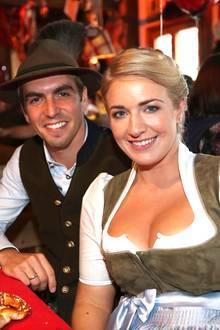 Philipp Lahm gemeinsam mit Ehefrau Claudia auf der Wiesn