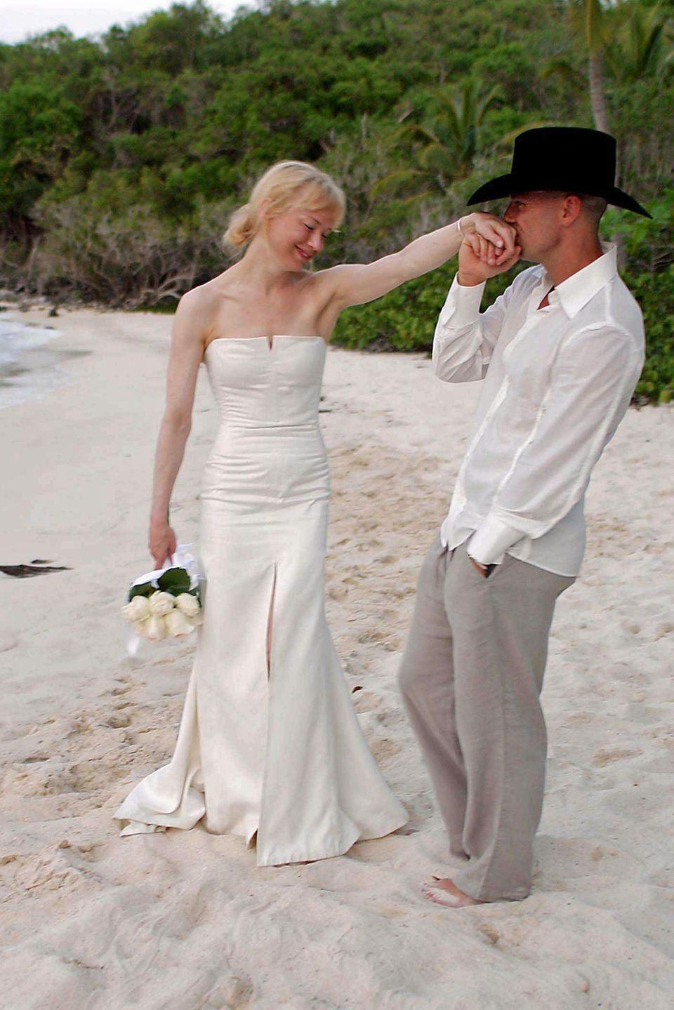 """Renée Zellweger + Kenny Chesney: 4 Monate  Oscar-Gewinnerin Renée Zellweger heiratet Countrysänger Kenny Chesney im Mai 2005 in der Karibik. Doch Ende des Jahressind die beiden schon wieder geschiedene Leute. Die """"Bridget Jones""""-Darstellerin bezeichnet die gescheiterte Kurz-Ehe als """"sehr traurige Erfahrung"""" in ihrem Leben."""