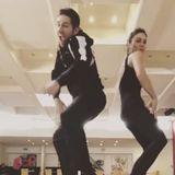 Ihre witzigen Tanzmoves halten Christian Polanc und Nazan Eckes im Video fest.