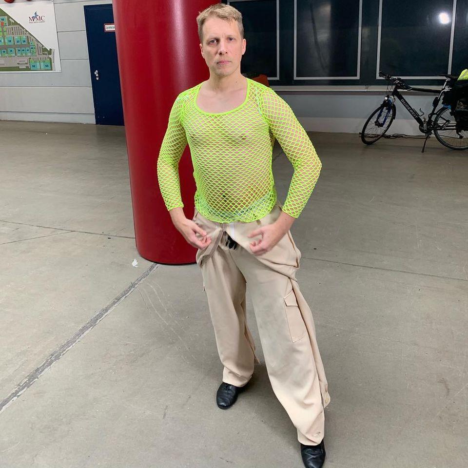 """Oliver Pocher scheint sein Outfit für die kommende """"Let's Dance""""-Mottoshow gefunden zu haben: """"80er Jahre Outfit für Let's Dance morgen STEHT!!"""" schreibt er zu diesem Bild bei Instagram. Macht er seine Drohung war und tanzt in diesem Outfit, kann sich sicher niemand mehr auf seine Tanz-Performance konzentrieren. Vielleicht also auch eine kluger Schachzug des Comedian."""