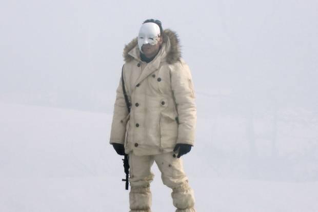 """Die neuen Set-Fotos des 25. James-Bond-Films zeigen einen geheimnisvollen Bewaffnetenmit einer """"Phantom der Oper""""-Maske."""