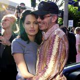 """Nur ein Jahr nach ihrer ersten Scheidung heiratet Angelina Jolie den 20 Jahre älteren Schauspieler und Regisseur Billy Bob Thornton. Ihn lernt sie ebenfalls bei Dreharbeiten - nämlich von """"Turbulenzen – und andere Katastrophen"""" - kennen. Ihre Ehe hält drei Jahre."""