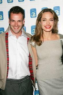 """Ihr erste Ehe schließt Angelina Jolie mit Jonny Lee Miller, den sie am Set von """"Hackers - Im Netz des FBI"""" kennenlernt.Von 1996 bis 1999 sind sie und der Schauspieler verheiratet."""