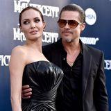 """Wie bereits ihre ersten zwei Männer, lernt Angelina Jolie auch ihren dritten Gatten bei Dreharbeiten kennen. Brad Pitt und sie verlieben sich am Set von """"Mr. & Mrs. Smith"""" ineinander, das erste Kind folgt im Mai2006. Dennoch dauert es noch weitere acht Jahre, bis Brangelina zu Mann und Frau werden.  Im September 2016 - also nur zwei Jahre später - ist allerdings schon wieder alles aus und vorbei. Angelina reicht die Scheidung ein."""