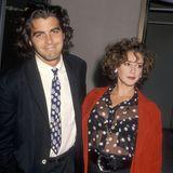 Schließlich ist George Clooney von 1989 bis 1993 mit Talia Balsman in einer Ehe. Die zwei tragen in dieser Zeit nicht nur die gleichen Ringe, sondern auch noch die gleiche Frisur.