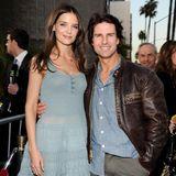 Mitte der 2000er-Jahre wird Tom Cruise mehrfach zum peinlichsten Star Hollywoods gewählt. Der Grund: Er stellt seine Liebe zu Katie Holmes extrem überzogen zur Schau. Sie scheint es jedoch nicht zu stören. Im Gegenteil: Im April 2006 bringt sie ihr erstes Kind - die kleine Suri - zur Welt und nimmt ihn wenig später zum Mann. Sechs Jahre später wird es aber auch Katie zu bunt. Die zwei lassen sich scheiden.