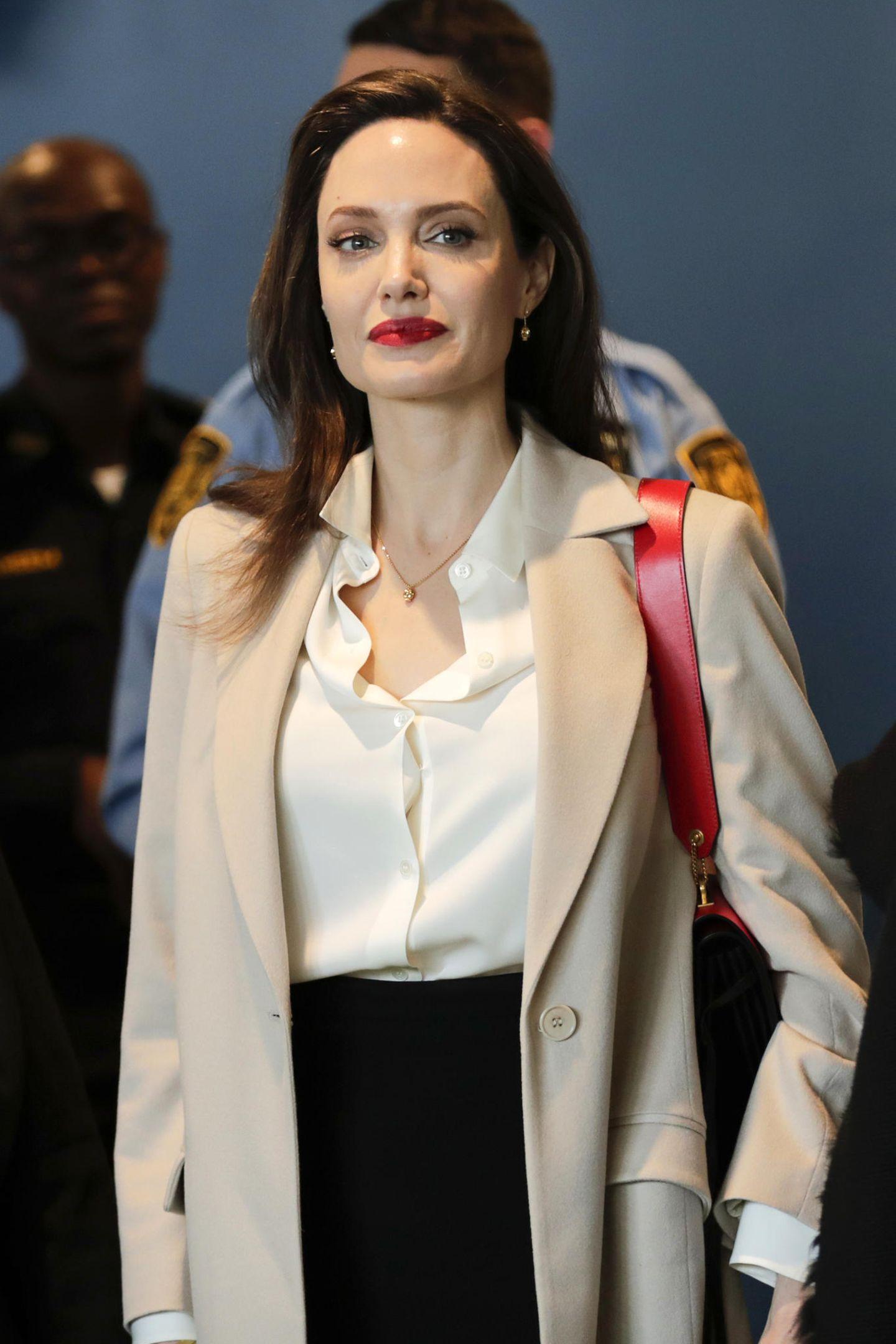 Nur bei ihrem Lippenstift und bei Accessoires macht die Hollywood-Schönheiteine Ausnahme. Diese dürfen auch schon einmal knallig rot sein.
