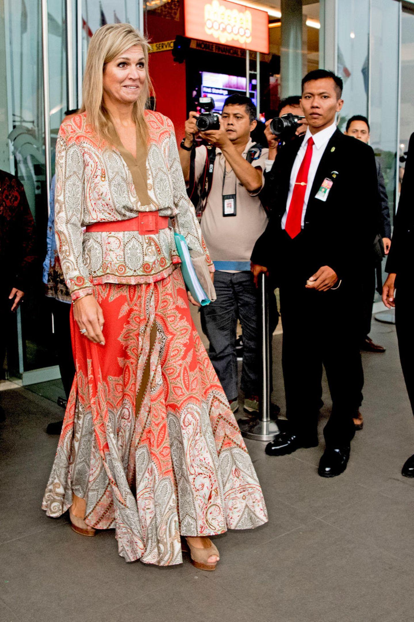 Während ihres Besuchs in Indonesien im Juni 2017 begeistert Königin Máxima wie immer auch modisch. In einem bunten Ensemble mit Paisley-Muster von Etro macht sie eine tolle Figur, die sie zusätzlich mit einem orange-farbenen Gürtel betont.