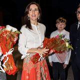Auch bei Prinzessin Mary von Dänemark gehört der Rock zur Reisegarderobe. Sie trägt ihn in Äthiopien im März 2019 zu einer weißen Bluse. Auch sie wählt einen Gürtel um ihre schmale Silhouette zu betonen. Wer glaubt, dass sie sich den Style von Máxima abgeschaut hat, liegt falsch - Mary hatte den Rock auch im August 2016 schon im Gepäck.