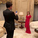Ganz verrückt! Topmodel Natalia Vodianova lässt sich von Ehemann Antoine Arnault vor dem Besuch des Love Balls der Naked Heart Foundation noch schnell im stylischen, roten Abendrobe fotografieren, auf dem Bild sieht es durch die Schürze des Kleids jedoch so aus, als hätte sie ihre Beine verschoben.