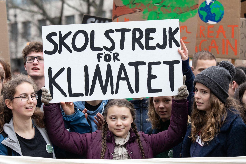 29. März 2019  Zusammen mit der deutschen Jungaktivistin Luisa Neubauer (r.) führt die junge Schwedin Greta Thunberg geschätzt 22.000 Schülerinnen und Schüler an, die in Berlin gegen den Klimawandel und die handlungsschwache Politik demonstrieren. Die Klimaaktivistin ist mit ihren Freitagsprotesten zum Aushängeschild einer immer größer werdenden Bewegung geworden.