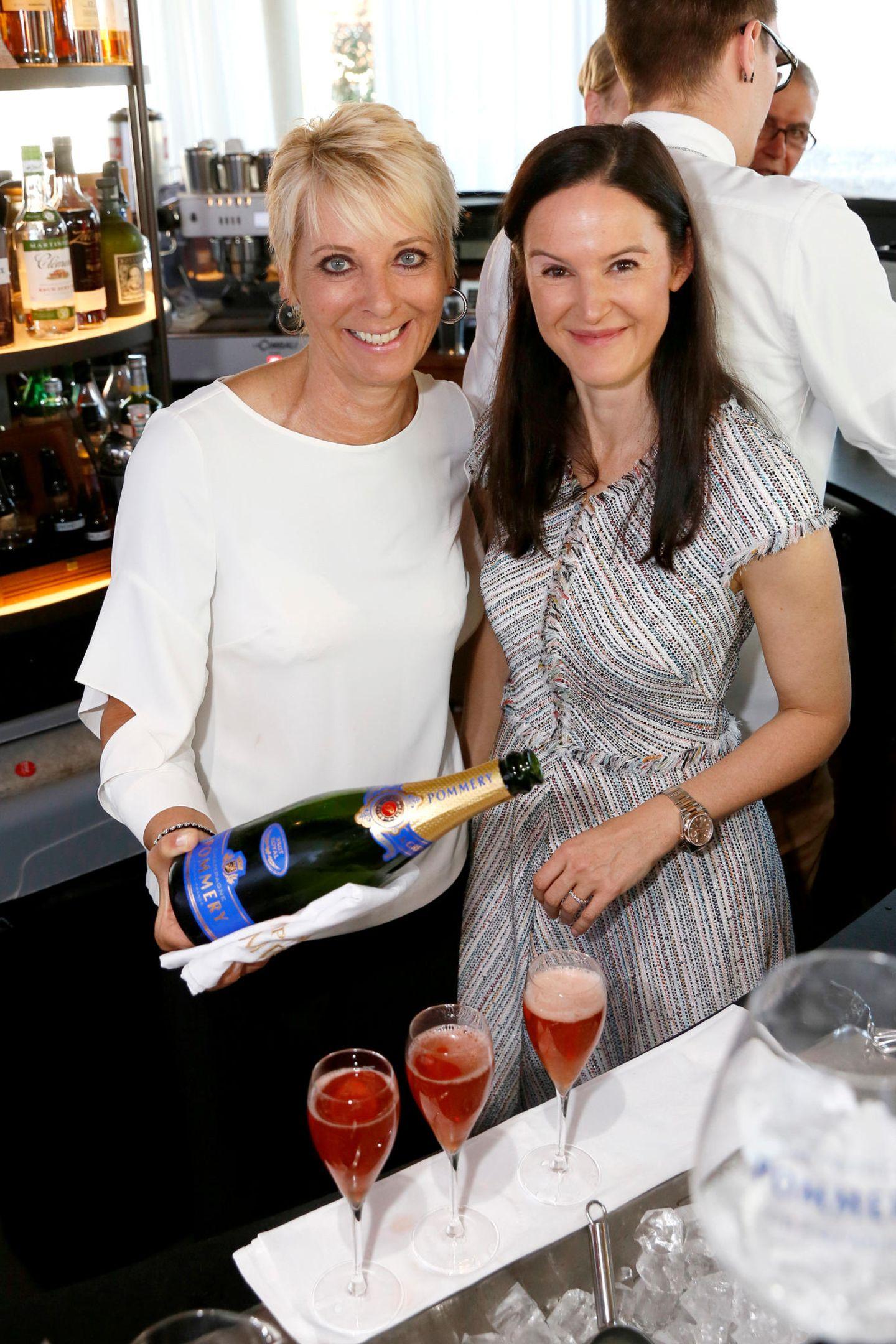 Cheers! Andrea Kästel (Sisley Vertriebs GmbH) und Doris Brückner (Chefredakteurin gala.de und brigitte.de) läuten dasSPA-AWARDS-Wochenende bei dem Champagner-Cocktailkurs mit Pommery ein.