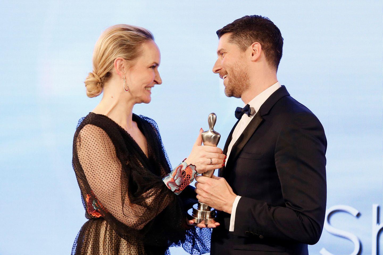 """GALA-Chefredakteurin Anne Meyer-Minnemann überreicht den Preis in der Kategorie """"Luxury Concepts"""": Johannes Scheer nimmt die Trophäe für Shiseido entgegen."""