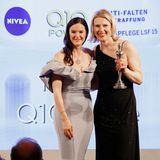 """Glückliche Gewinnerin: Kerstin Unger (Nivea) freut sich über den Preis in der Kategorie """"Cult Concepts"""" für Nivea – überreicht von Doris Brückner (Chefredakteurin GALA.de und brigitte.de)."""