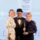 """Der Beauty-Award für """"Organic Concepts"""" geht an Dr. Hauschka – Laudator Armin Morbach freut sich mit den Gewinnerinnen Maren Speckmann-Munz und Nicoline Wöhrle (beide Dr. Hauschka)."""