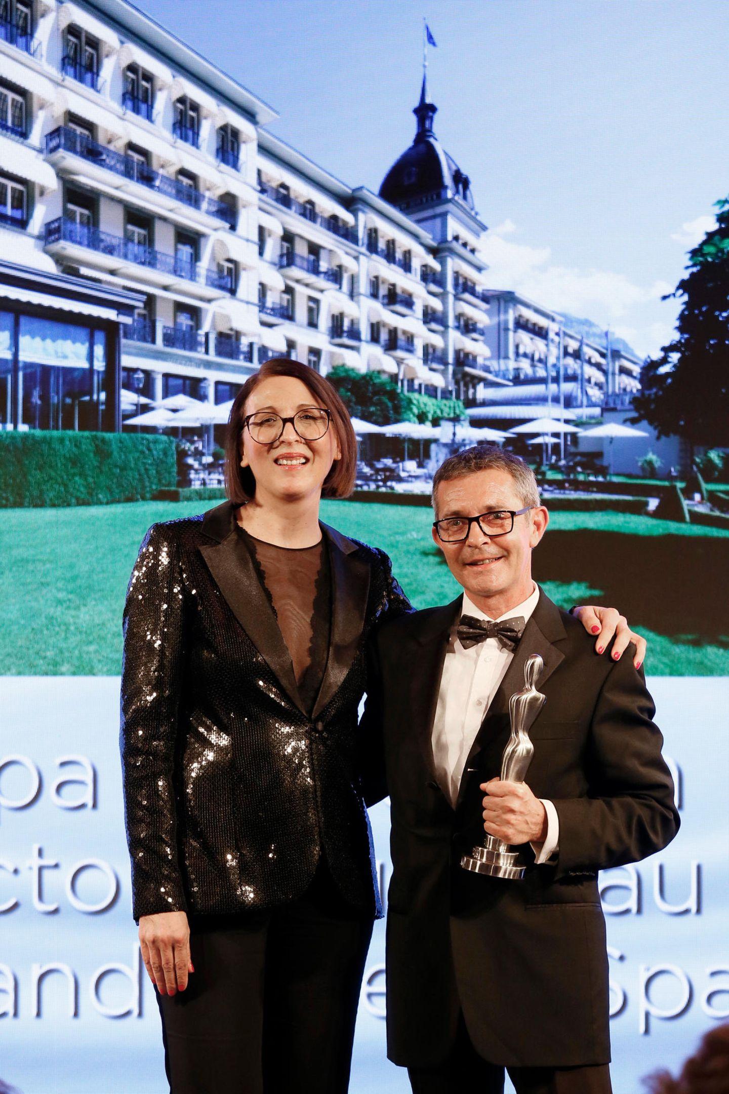 """Frie Kicherer (Beauty-Chefin GALA) überreicht den Beauty-Oscar für """"Medical & Health Concepts"""" an Hans-Peter Veit für das """"Spa Nescens im Victoria Jungfrau Frand Hotel &Spa""""."""