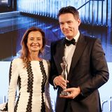 """Laudatorin und Jury-Mitglied Prof. Dr. Martina Kerscher freut sich mit dem Award-Gewinner Tomas Kochs (ESPALife at Corinthia), der den Preis in der Kategorie """"SpaConcepts"""" abräumt."""