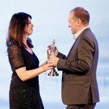 """Brigitte Huber (Chefredakteurin BRIGITTE & GUIDO) überreicht den """"Special Prize"""", der dieses Jahr an Günther Bonin von One Earth One Ocean geht"""