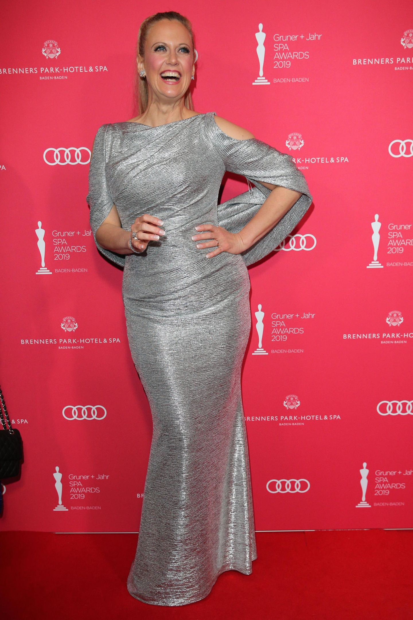 Barbara Schöneberger begeistert auf dem Red Carpet wie immer mit ihrer guten Laune und dem tollen Style. Der Glamour-Look stammt von Talbot Runhof.