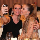 Selfie Time!Maria Hoefl-Riesch und Victoria Swarovski wollen den schönen Abend im Bild festhalten.