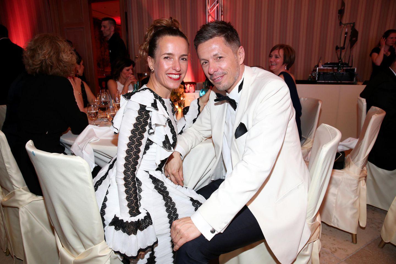 Ulrike und Michi Beck sehen im schwarz-weißen Partnerlook einfach großartig aus. Ulrikes Kleid stammt von Designerin Lana Mueller.