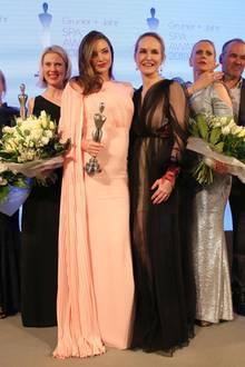 Das sind sie! Die Gewinner der Gruner + Jahr SPA AWARDS strahlen gemeinsam mit GALA-Chefredakteurin Anne Meyer-Minnemann und ModeratorinBarbara Schöneberger in die Kameras.  Herzlichen Glückwunsch,Tomas Kochs (ESPA Life at Corinthia), Hans-Peter Veit (Spa Nescens im Victoria Jungfrau Frand Hotel & Spa), Maren Speckmann-Munz und Nicoline Woehrle (Dr. Hauschka), Kerstin Unger (Nivea), Beauty-Idol Miranda Kerr, Special-Prize-Gewinner Günther Bonin, Johannes Scheer (Shiseido) und Audrey de Saint Priest (Foreo)!