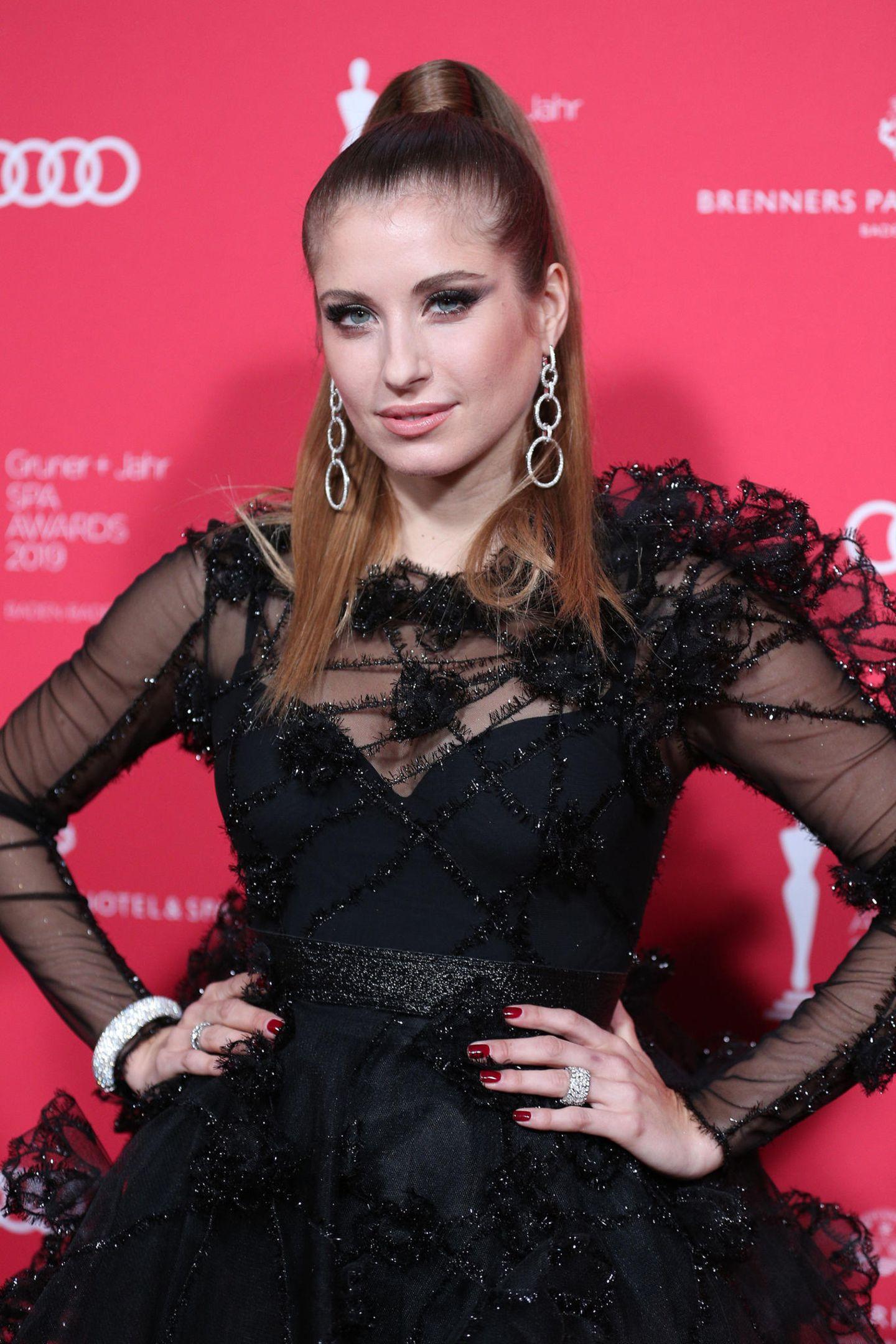 Geheimnisvoll in Schwarz: Cathy Hummels trägt einen Glamour-Look von Irene Luft.