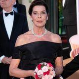 Caroline von Monaco ist eine der Gastgeberinnen. Sie trägt ein schwarzes Off-Shoulder-Kleid von Chanel. An ihrem Hals funkelt ein Perlenchoker, der durch ihr hochgestecktes Haar zusätzlich in Szene gesetzt wird.