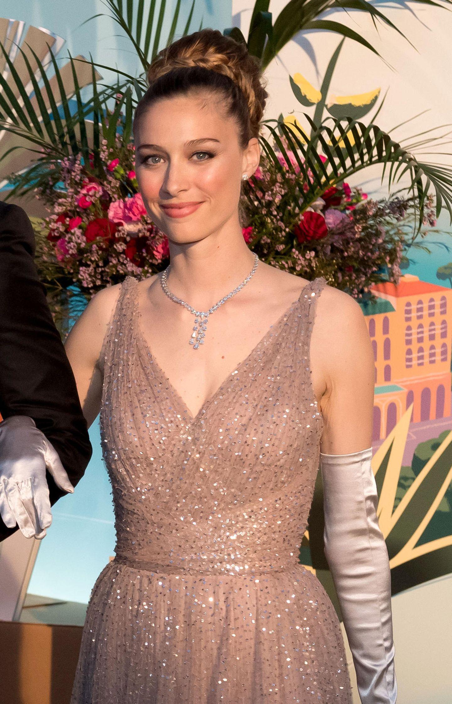 Der Look von Beatrice Borromeo scheint eine rührende Hommage an Prinzessin Grace zu sein: Sie trägt ein glitzerndes Kleid von Dior, lange seidene Handschuhe und ein funkelndes Collier. Dazu hat sie ihr blondes Haar zu einer aufwendigen Flechtfrisur hochgesteckt.