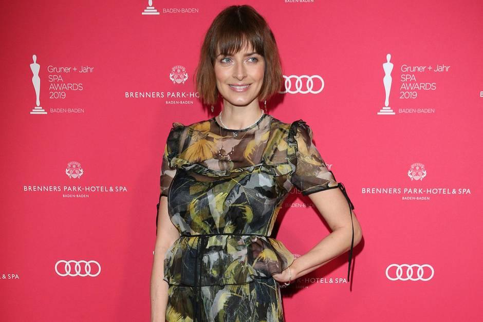 Es ist der erste Red-Carpet-Auftritt nach der Geburt ihrer Tochter im Januar: Eva Padberg lächelt bei den Gruner + Jahr SPA AWARDS für die Fotografen.