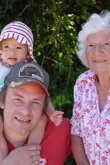 Star-Koch Jamie Oliver bedankt sich mit ein paar alten Schnappschüssen und diesem neueren Foto bei seiner wundervollen Mutter Sally für seine großartige Kindheit.