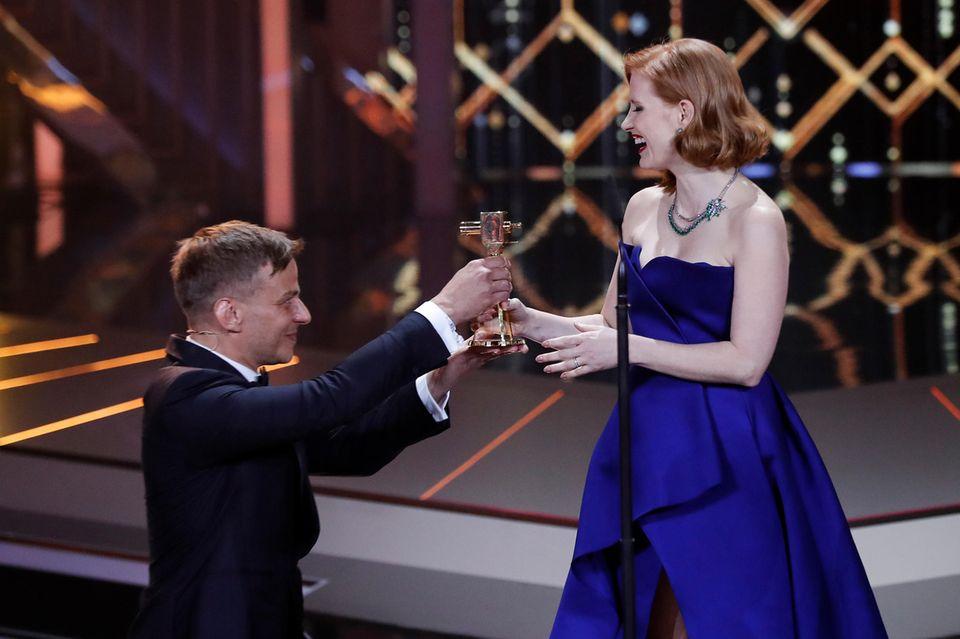 Kniefall für einen Kinostar! Tom Wlaschiha überreicht die Goldene Kamera an Jessica Chastain mit höchster Ehrerbietung.