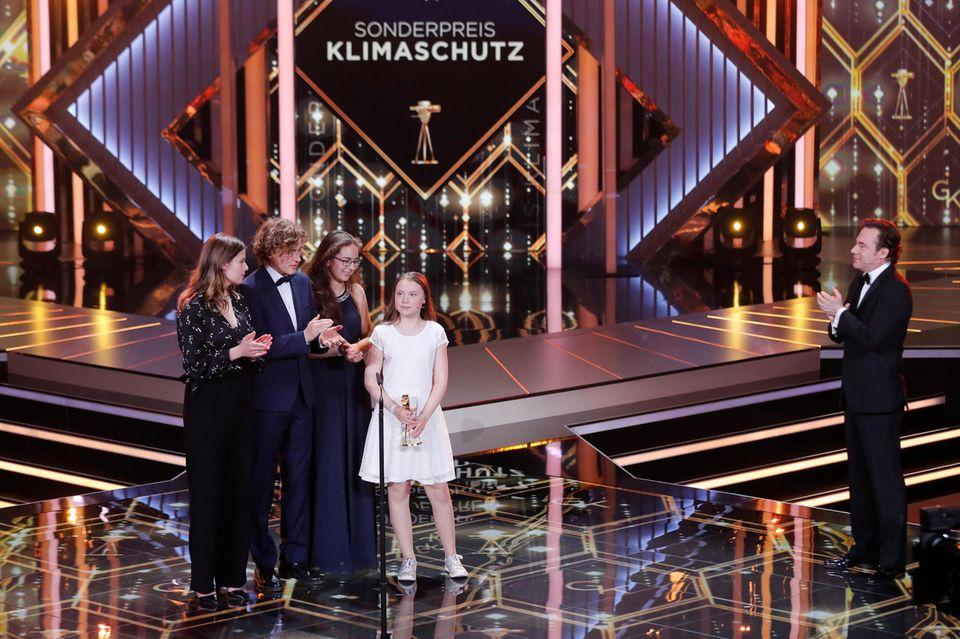 Die junge Umweltaktivistin GretaThunberg bekommt vonMichael ''Bully'' Herbig den Sonderpreis für Klimaschutz