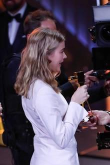 Annette Frier und Christoph Maria Herbst freuen sich, Milena Tscharntke als Beste Nachwuchsschauspielerin auszeichnen zu können.