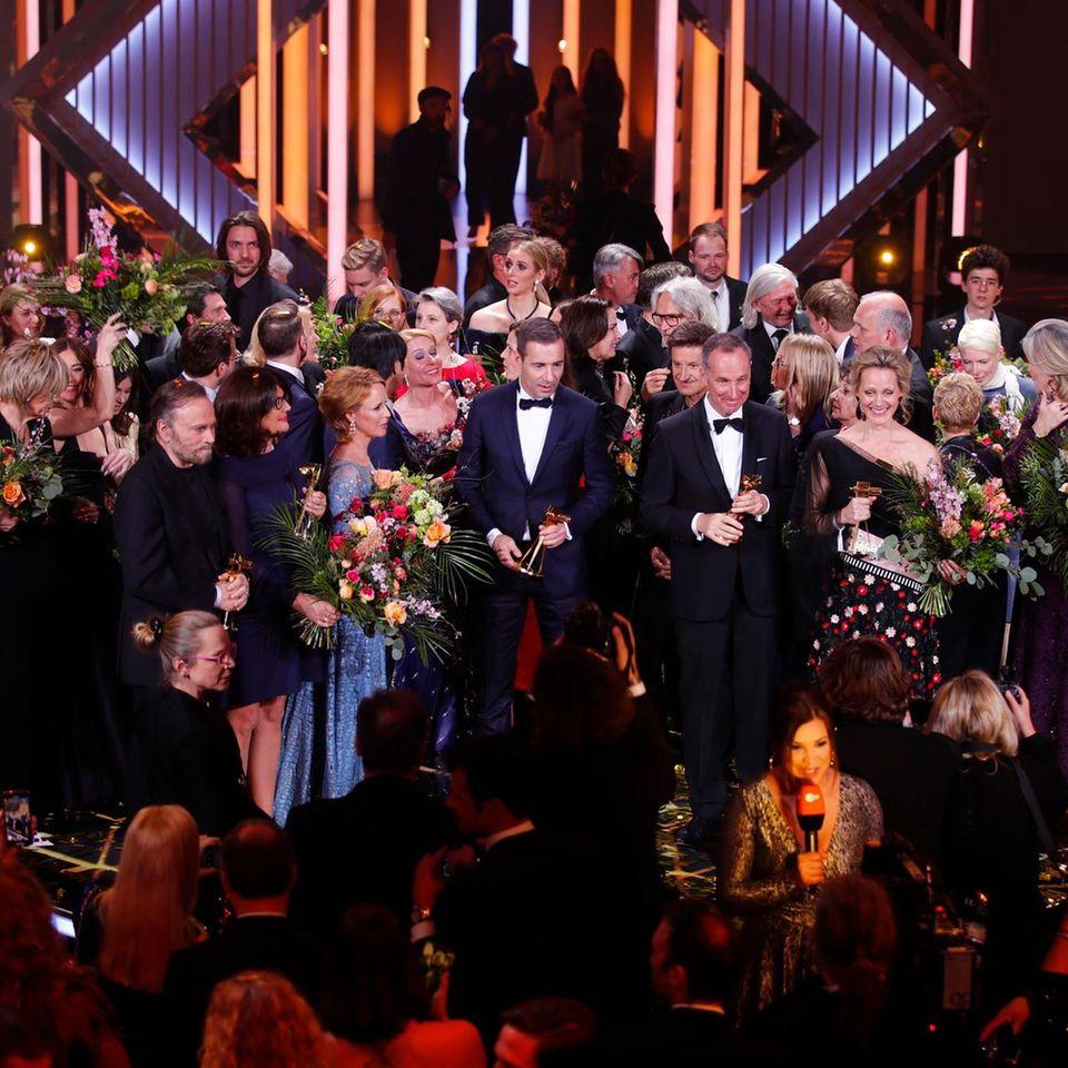 Da sind sie! Die diesjährigen Preisträger der Goldenen Kamera noch einmal alle gemeinsam auf der Bühne. Herzlichen Glückwunsch!