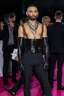 Back to Black! Bei Tom Neuwirth alias Conchita Wurstist nach einer kurzen, weißen Phase alles wieder beim Alten, selbst das Schock-Outfit sitzt.
