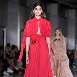 Genau wie Tatiana beim Rosenball zieht auch das Model während der Show von Giambattista Valli in dem knallroten Kleid alle Blicke auf sich. Die Kreation, die das Model im Herbst 2018 auf dem Runway zeigt, ist jedoch deutlich freizügiger.