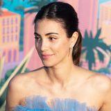 Das hellblaue Tüllkleid ist mit einer floralen, aufwendigen Stickerei versehen. Das Make-up von Alessandra de Osma ist zurückhaltend, ihr zarter pinkfarbener Lippenstift harmoniert mit ihrem Look.