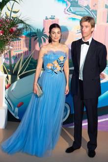 Alessandra de Osma, die schöne Frau von Prinz Christian von Hannover, passt mit ihrer eleganten Robe von Carolina Herrera perfekt in die Kulisse des Rosenballs.