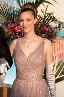 Doch nicht nur Beatrices Kleid überzeugt, sondern ihr gesamter Look. Zu ihrer Dior-Robe kombiniert sie lange, seidene Handschuhe und ein funkelndes Collier - ihre Haare trägt sie zu einer pompösen Hochsteckfrisur.