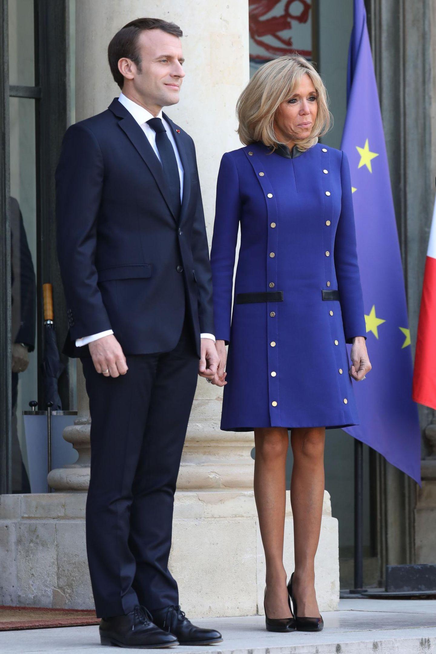 Fast könnte man glaube, Frankreichs Präsidentengattin Brigitte Macron habe ihr Kleid farblich auf die Europaflagge abgestimmt. So oder so ist das elegante Etuikleid ein kluger Schachzug der 65-Jährigen, da es ihre wunderschöne Silhouette perfekt betont.